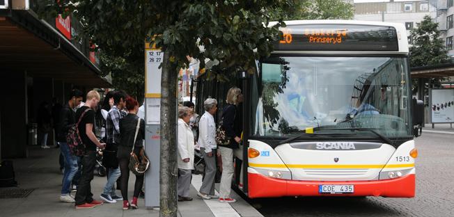 Färre än en fjärdedel av svenskarna instämmer helt i att det är enkelt och smidigt att ta sig fram i sin stad med kollektivtrafik. Foto: Ulo Maasing.