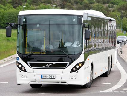 Volvos nya styrsystem minskar belastningsskador på bussförare enligt en ny, vetenskaplig studie. Foto: Volvo Bussar.