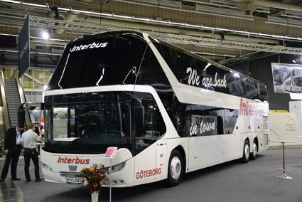 We´re back in town, utropar Interbus på denna Neoplan Skyliner som är en av de dubbeldäckare som Svenska Neoplan nyligen har sålt. Foto: Ulo Maasing.