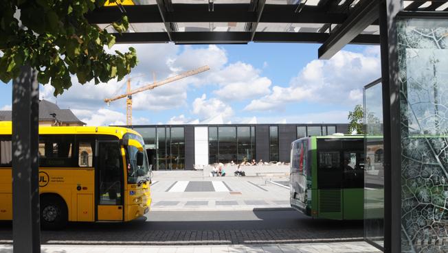 3200 kronor kommer ett 30-dagarskort på egionaltåg, bussar, T-bana och annan kollektivtrafik i Mälardalen att kosta. Bilden visar bussterminalen och Uppsala centralstation. Foto: Ulo Maasing.