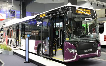 Skellefteå ändrar utseende. På Persontrafik kunde man hos Scania se hur Skelleftebuss inte bara byter namn till Skellefteå Buss utan också till en modern design som ersätter den smutsgula färg som har dominerat företagets bussar. Foto: Ulo Maasing.