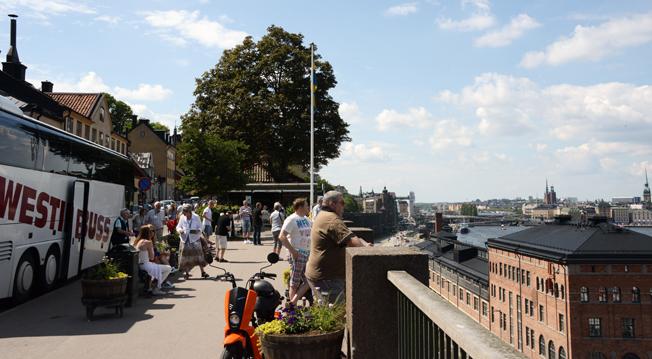 Turister kollar in utsikten från Fjällgatan över Stockholm. Foto: Ulo Maasing.