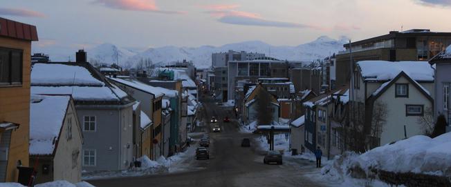 Tromsö i Nordnorge. Kuperad terräng och krav på snökedjor vintertid är utmaningar för elbussar. Foto: Ian Hawkins/Wikimedia Commons.