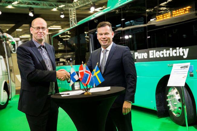Kinesiska bussar till Island via Göteborg. Johannes Runarsson, vd för Straeto skakar hand med Benedikt G. Gudmundsson, General Manager of North Europe, Yutong, efter avslutad affär. Foto: Svenska Mässan.