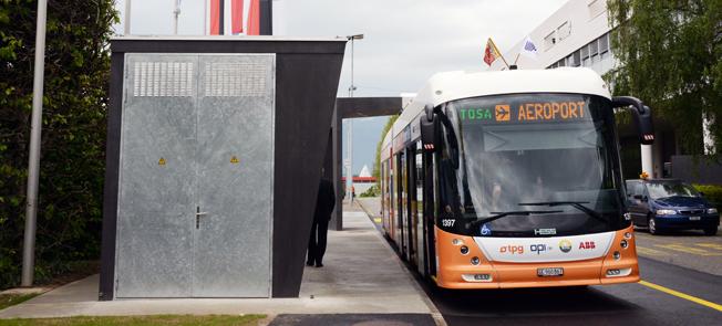 ABB fick tidigare i år en order på laddstationer och elsystem till eldrivna ledbussar från Génève. På mindre än en sekund ansluter bussen till laddstationen vid hållplatrsen. Nu räknar ABB med att 150 000 dieselbussar i Indien till år 2030 ska ersättas med eldrivna bussar. Foto: Ulo Maasing.