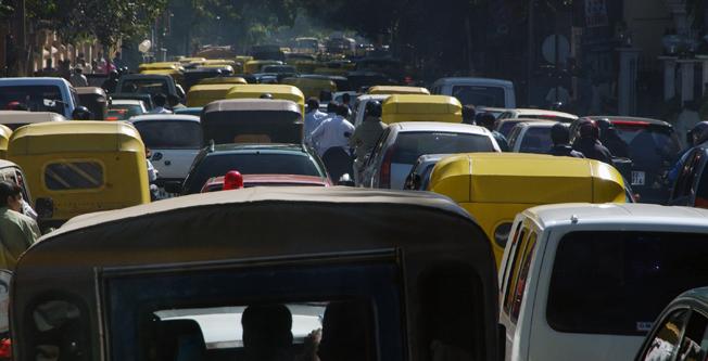 Trafiken i Bengaluru kan ofta vara kaotisk och luftkvaliteten usel. Foto: Ulo Maasing.