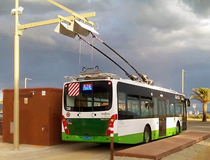 Trådbuss som har lämnat luftledningen i Cagliari. Foto: Vossloh Kiepe.