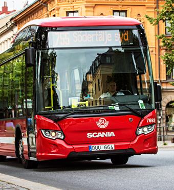 Den 7 december invigs Nordens första elbusslinje med kontaktlös laddning i Södertälje. Foto: Scania.