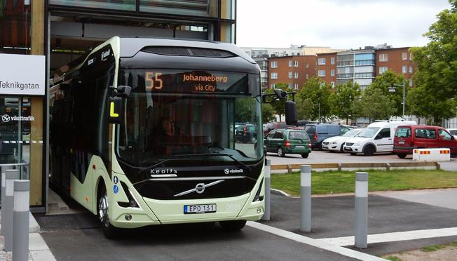 Inspiration. En buss på elbusslinje 55 i Göteborg rullar ut från inomhushållplatsen på Lindholmen. Nu vill Östgötapolitiker ha en elbusslinje i Norrköping. Foto: Ulo Maasing.