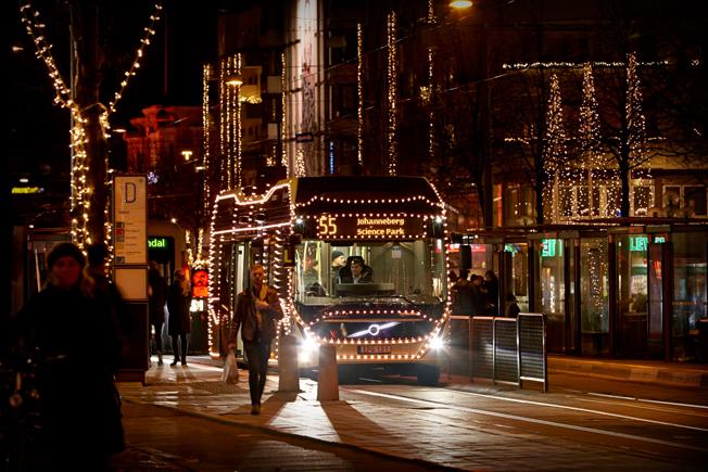 Den rullande julshowen på sin väg genom Göteborg.