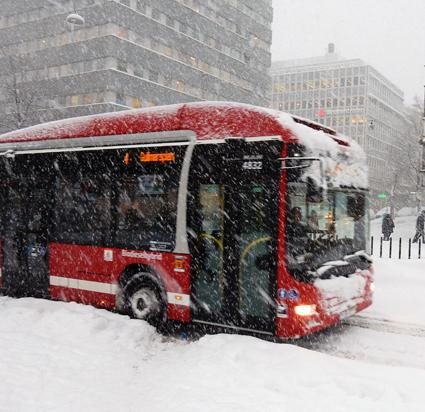 Notan för problemen i busstrafiken efter förra veckans snöoväder ska betalas av Stockholms stad och Trafikverket, anser Stockholms trafiklandstingsråd Kristoffer Tamsons(M). Foto: Ulo Maasing.