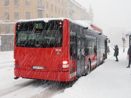 Stora delar av all busstrafik i Stockholms län är inställd på grund av snön. I innerstan rullar endast stomlinjerna 1 – 4. oregelbundet och med ledbussarna ersatta av kortare bussar. Foto: Ulo Maasing.