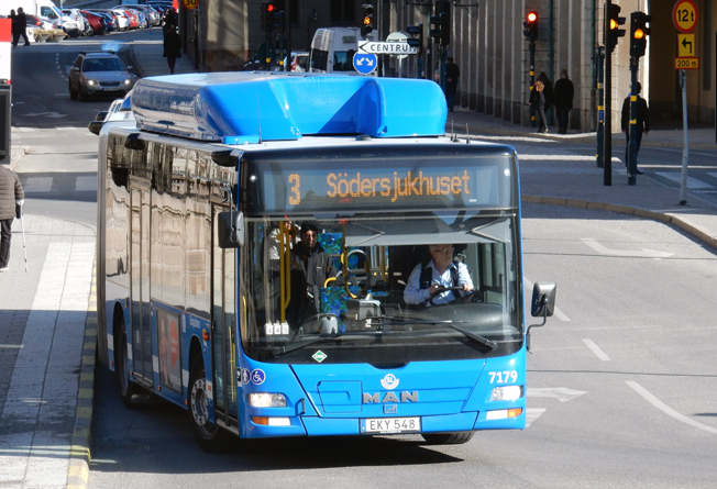 Efter fem års arbete har snitthastigheten för de blå stombussarna i Stockholms innerstad ökat – men snitthastigheten för biltrafiken har ökat ännu mer. Foto: Ulo Maasing.
