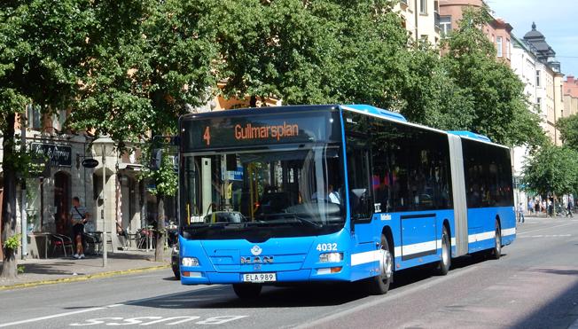 En ganska typisk svensk buss. Blå är den vanligaste färgen på bussar, bussparken är ny, i genomsnitt 4 år och flertalet bussar drivs som den här av förnyelsebart drivmedel. Foto: Ulo Maasing.
