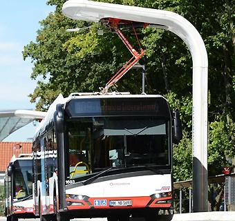 Elbussar från Solaris vid en laddstation i Hambuyrg., Foto: Siemens.