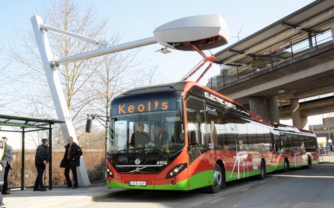 Elhybridbussar vid laddstationen i Ropsten, Stockholm. I augusti nästa år ska Värnamos stadstrafik helt köras med sådana bussar. Foto: Ulo Maasing.