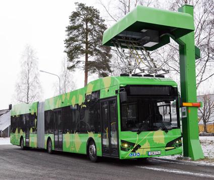 En av Hybricons nya ledbussar ultrasnabbladdar batterierna. 180 sekunders laddning räcker till en timmes körning. Foto:Ulo Maasing.