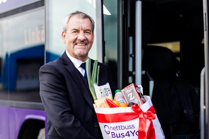 Föraren Stefan Jönsson visar en av julmatkassarna. Oftast kör han  sträckan Malmö – Göteborg med Nettbuss Bus4You. Foto: Nettbuss.
