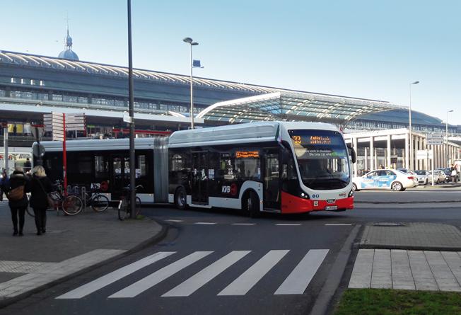 En batteridriven VDL ledbuss rullar ut från Köln Hauptbahnhof. Foto: VDL.