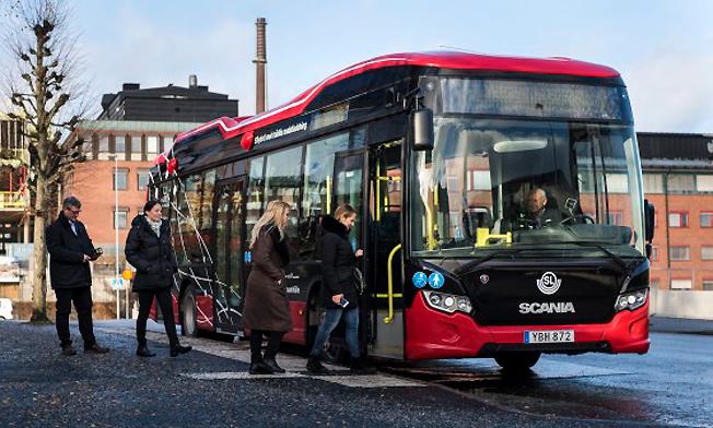 Nordens första buss i reguljär trafik och med kontaktlös laddning invigdes på onsdagsförmiddagen  i Södertälje. Foto: SL.