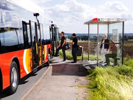 Här stiger rätt sorts resenärer på bussen i Östergötland. Foto: Niclas Albinsson.