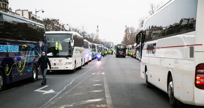 Över 300 turistbussar deltog i onsdagens protest i Paris mot stadens planer påp att förbjuda dieselfordon och de drastiskt höjda p-avgifterna. Foto: FNTV.