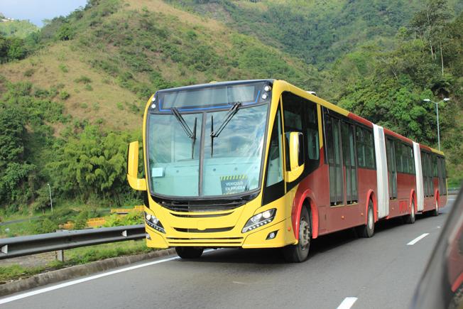 Scania har lanserat världens första dubbelledade gasbuss med Euro 6-motor. Foto: Scania.