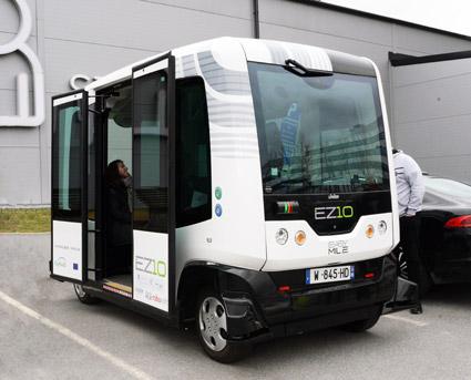 Den stora tåg- och spårvagnstillverkaren Alstom investerar i EasyMile som tillverkar den förarlösa, eldrivna småbussen EZ10. I fjol visades bussen i Kista. Foto: Ulo Maasing.