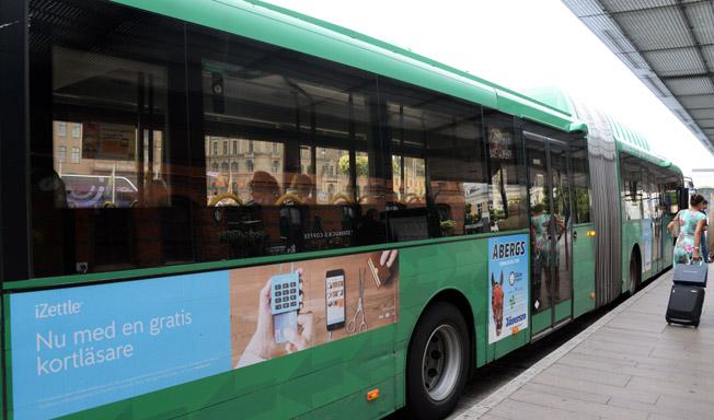 Slånetrafiken planerar att avskaffa den utvändiga reklamen på stadsbussarna som också ska lackas i ljusare färg. Foto: Ulo Maasing.