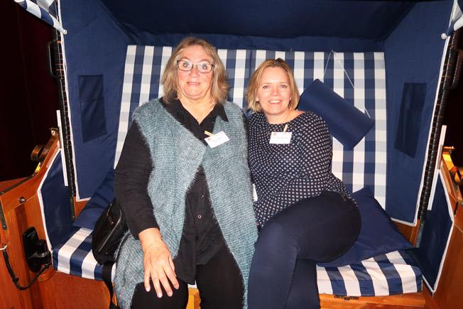Ulla Lundwall och Gerlinde Anderberg från Cities+Tours  provade en strandstol från Rügen. Foto: Ulo Maasing.