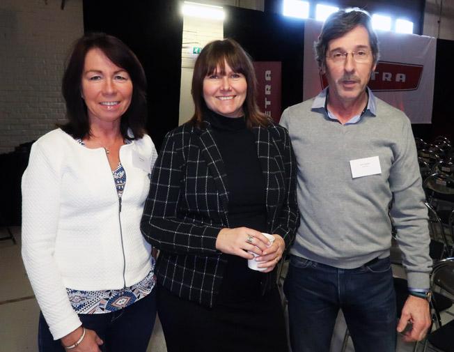 Anna Johansson, försljningschef på EvoBus Sverige, tillsammans med Olga och Göran Svensson, Larsson-Resman. Foto: Ulo Maasing.