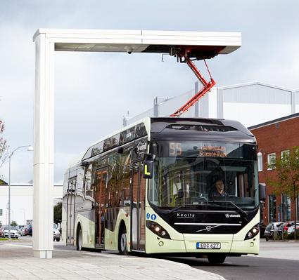 En Volvo 7900 Electric Hybrid på linje 55 i Göteborg. I höst skastadstrafiken i Värnamo köras med likadana bussar. Foto: Volvo.