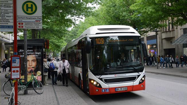 En hybridledbuss från Volvo i trafik hos Hamburger Hochbahn. Foto: Ulo Maasing.