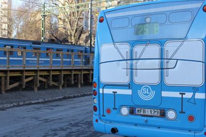 Äkta tåg i bakgrunden, kamouflerad buss i förgrunden. Foto: Arriva.