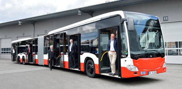 Sedan 2015 går 21-metersbussar, Mercedes-Benz CapaCity L i trafik i Hamburg. Nu vill branschen att Transportstyrelsen ska tillåta sådana även i Sverige. Foto: Hamburger Hochbahn.
