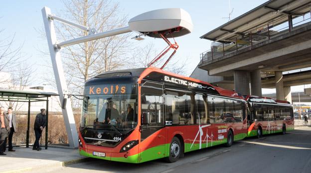 Stockholms handelskammare vill att spårvägsplanerna i Storstockholm stoppas. Istället bör en satsning göras på elbussar. Foto: Ulo Maasing.