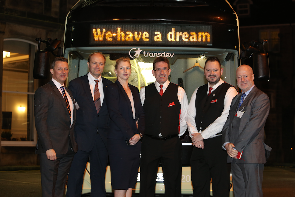Harrogate blir först ut i Storbritannien med Volvos elbuss. Transdev Blazefield har beställt åtta bussar för trafik i Harrogate.  Från vänster: Daniel Barwick, Fleet Sales Manager, Volvo Bussar Storbritannien & Irland; Ulf Magnusson, chef Business Region Europe, Volvo Bussar; Saskia Legate, Contracts & Business Solutions Manager, Volvo Bussar Storbritannien & Irland; Gordon Irvine , Engineering Director, Transdev Blazefield; Alex Hornby – vd Transdev Blazefield; Phil Owen , säljchef Volvo Bussar Storbritannien & Irland. Foto: Volvo.