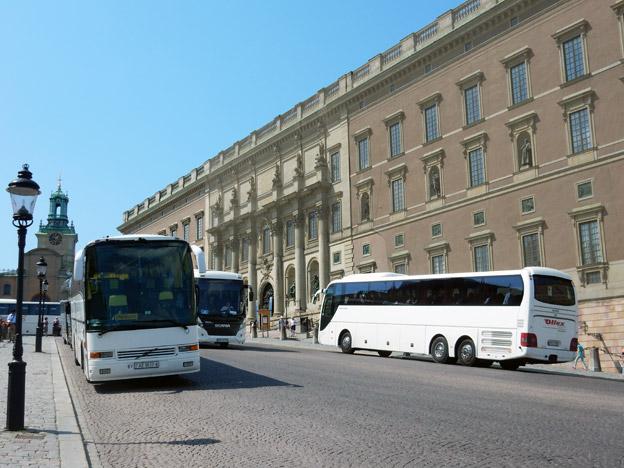 Turistbussar vid Stockholms slott. En syn som försvinner om Transportstyrelsens förslag till nya miljözoner genomförs, varnar Sveriges Bussföretag. Foto: Ulo Maasing.