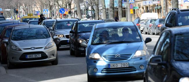 Om reseavdraget skulle göras avståndsbaserat skulle bilpendlingen minska, likaså utsläpp och fusk med avdragen, skriver företrädare för kollektivtrafikbranschen med flera. Foto: Ulo M;aasing.