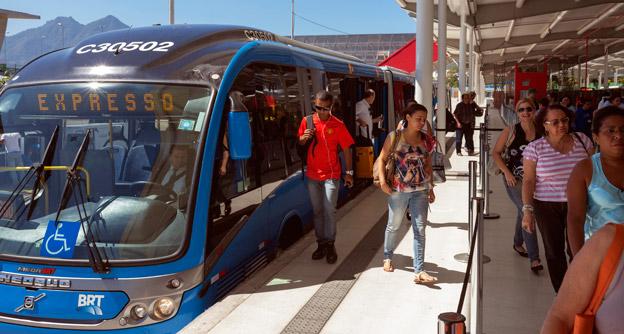 Brasilien är ett av de länder där BRT-system har byggts ut kraftigt under senare år. Bilden visar Transcarioca i Rio de Janeiro. Foto: Volvo Bussar.
