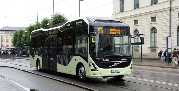 En elbuss på linje 55 i Göteborg. Bussen tvingas betala energiskatt för den el den förbrukar, medan en spårvagn som rullar i samma körfält slipper. Foto: Ulo Maasing.