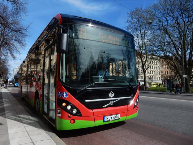 En elhyubridbuss på linje 73 i Stockholm. Elkraften till bussen beskattas. Hade det varit en trpdbuss eller en spårvagn hade den däremot varit befriad från elskatt. Foto: Ulo Maasing.
