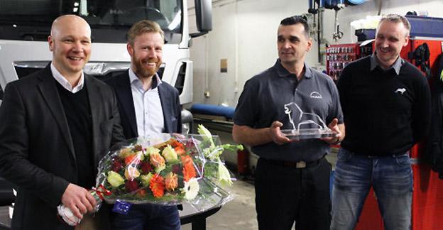 Neoplan Väst har utswtts till MAN Service Partner of the Year. På onsdagen överlämnades utmärkelsen. Från vänster: Christer Pettersson, servicemarknadschef; Rolf Andersson, operativ chef; Refik Ibrahimovic, verkstadschef och Lars Hedlund, regionansvarig Servicemarknad.
