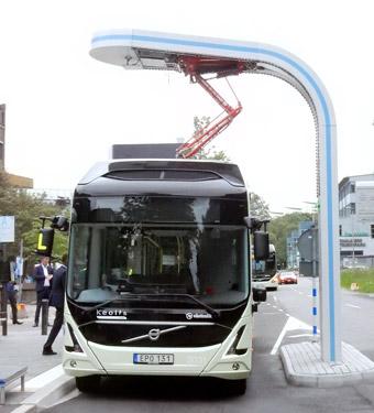 Tyngd av skatter. En elbuss belastas med 41,2 öre per fordonskilometer i energiskatt/elskatt, medan en spårvagn eller biogasdriven buss slipper skatten. Foto: Ulo Maasing.