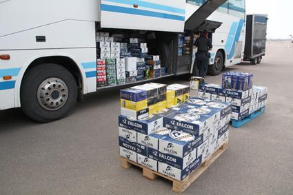 De så kallade spritbussarna för in stora mängder alkohol som sedan säljs vidare till bland annat ungdomar. Foto: Tullverket.