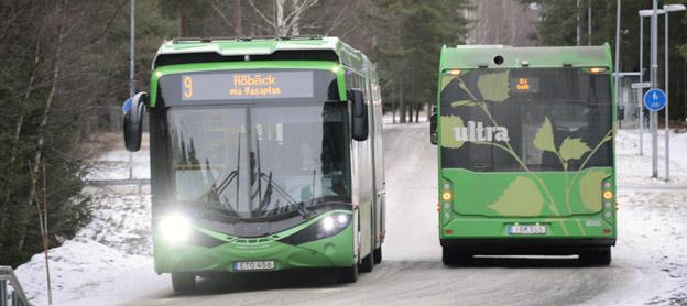 Elbussar från Hybricon möts på en gata i Umeå. Foto: Ulo Maasing.