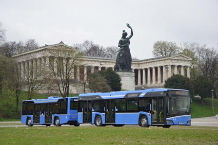 """Ett av Münchens nya """"busståg"""", bestående av ern Solaris Urbino stadsbuss med släp från Hess. Foto: MVG."""