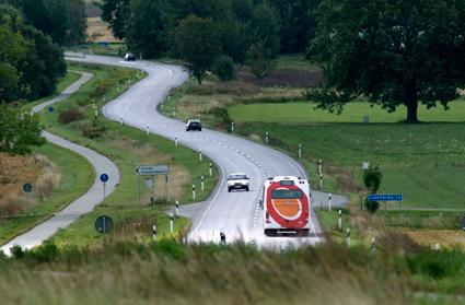 Få vuxna tar bussen på landsbygden. Två tredjedelar av kollektivresenärerna är 18 år eller yngre. Foto: Östgötatrafiken.