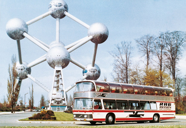 Neoplan Skyliner fyller 50. Här är bussen vid Atomium i Bryssel 1967. Foto: MAN.