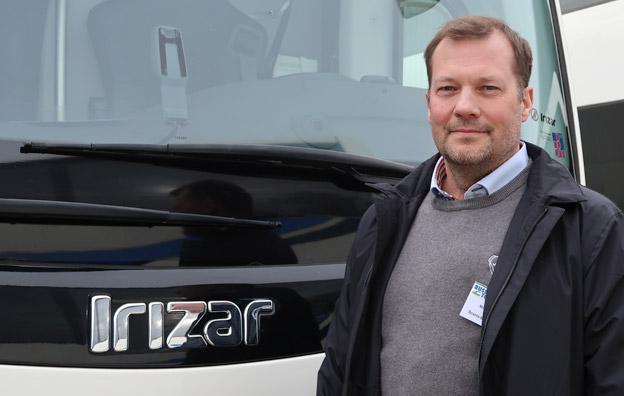 Niclas Granström, Scania 1) – Vi ser en jättebra marknad och har ett mycket brett sortiment, vår produktflora har ökat markant. Det säljs mycket på turistbussidan och kunderna vill ha bra sittkomfort och snabbladdning. 2) – Jag tror att segmentet som åker buss kommer att förändras. På grund av trängselavgifter och parkeringsproblem tror jag att bussresandet kommer bli intressant även för dem som kör bil idag. Fler och fler företag börjar köra sin personal till jobbet med buss och det kommer nog öka. Utomlands är det redan en trend och då handlar det inte om stadsbussar utan det ska vara bussar med hög bekvämlighet.